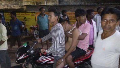 बाइक पर शव ले जाने को मजबूर हुये परिजन , मूक दर्शक बने रहे मौजूद पुलिसकर्मी