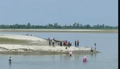 कोरोना वैक्सीन लगने के डर से सरयू नदी में कूदे गांववाले!, मेडिकल टीम के फूले हांथ पांव