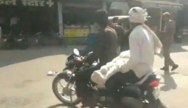 UP: घंटों इंतजार के बाद भी बेटे के शव को पोस्टमार्टम कराने के लिए नहीं मिला शव वाहन, तो बाइक पर ही ले गया पिता…