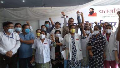 रामदेव एलोपैथी विवाद: उत्तराखंड में प्राइवेट के साथ अब सरकारी डॉक्टर भी हुए आंदोलन में शामिल, सफेद पट्टी बांधकर किया जमकर प्रदर्शन