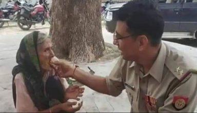बेघर बुजुर्ग महिला को बैठकर अपने हाथ से खिलाया खाना