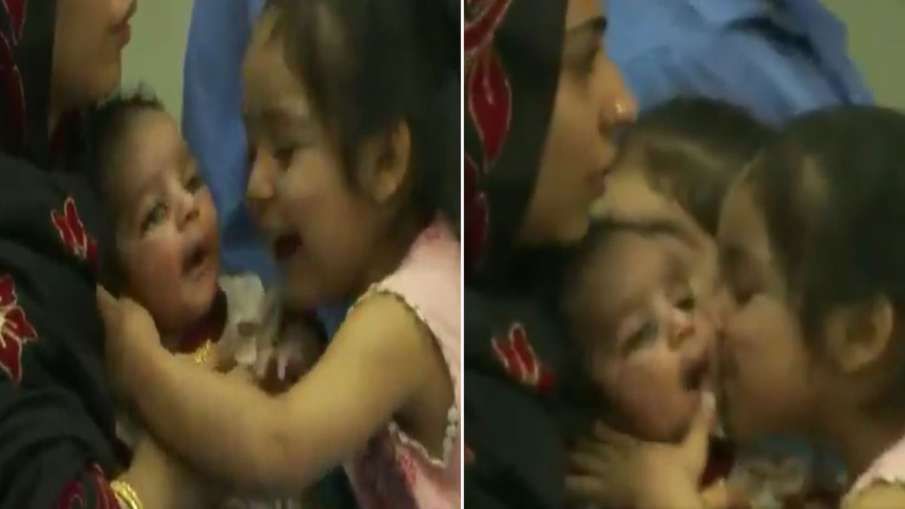 अफगानिस्तान से बिना पासपोर्ट भारत आए नवजात को छोटी बच्ची लगी प्यार से चूमने, सोशल मीडिया पर VIRAL हुआ VIDEO