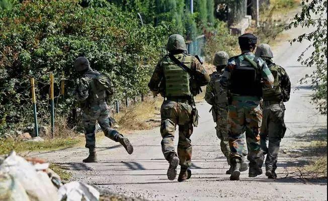 जम्मू-कश्मीर : राजौरी में सुरक्षाबलों और आतंकियों के बीच मुठभेड़ जारी, एक जवान शहीद, एक आतंकी ढेर