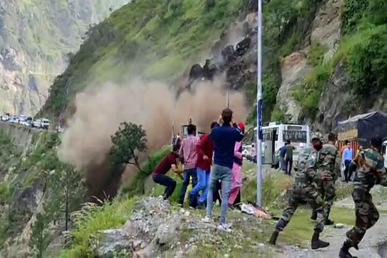 हिमाचल के किन्नौर में नेशनल हाईवे पर भारी भूस्खलन, यातायात बाधित, देखें वीडियो