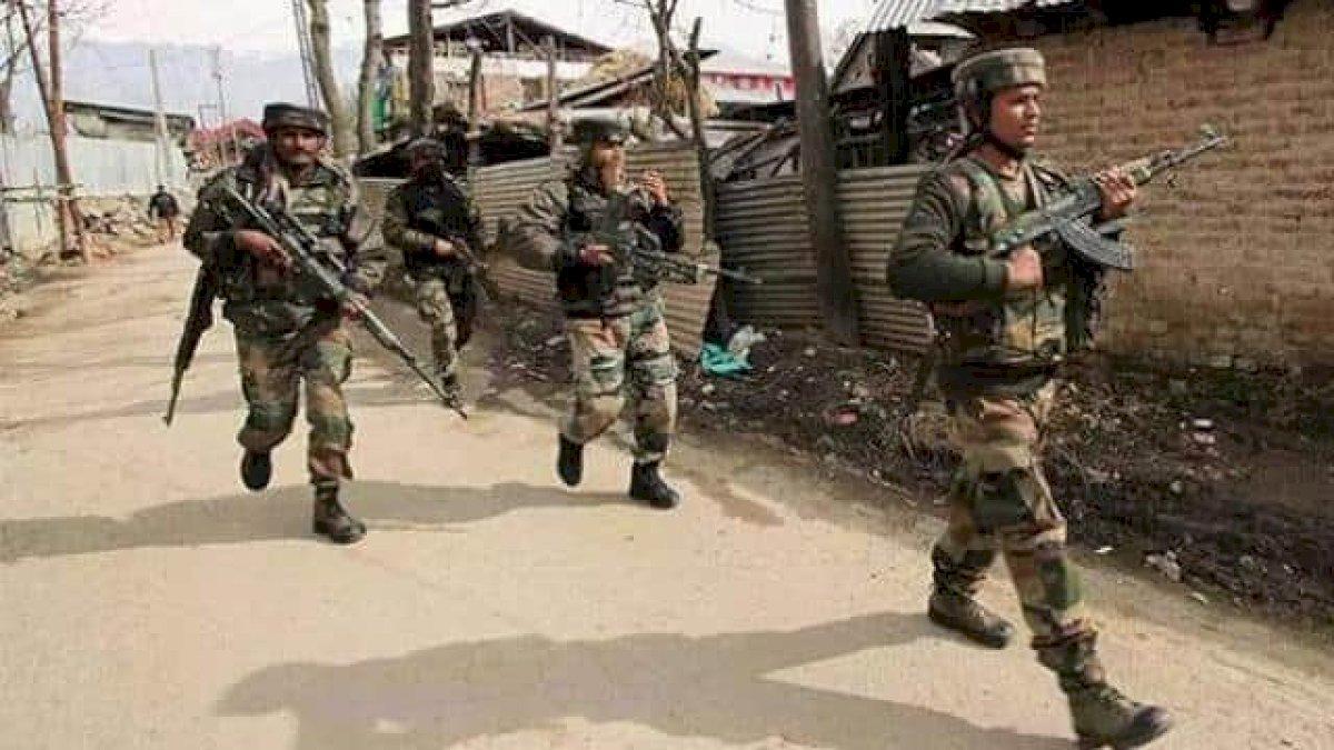 जम्मू-कश्मीर : पुलवामा में पुलिस बल को निशाना बनाकर आतंकियों ने फेंका ग्रेनेड, तीन नागरिक घायल