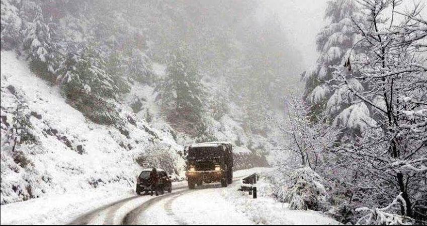 Uttarakhand: बदरीनाथ, मुनस्यारी और हसलिंग में हुई बर्फबारी, देवभूमि में ठंड ने दी दस्तक