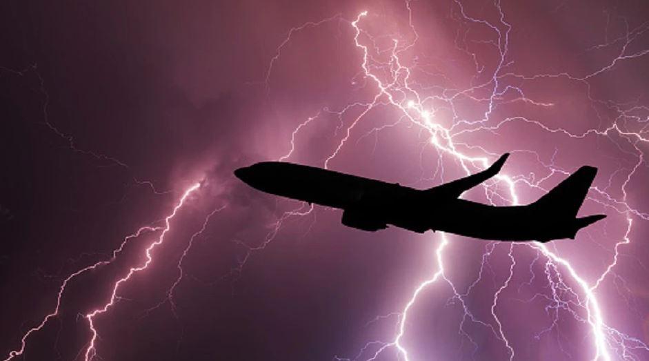 हवा में यात्रियों के आसमान में था जहाज, तभी गिर गई भयानक बिजली….