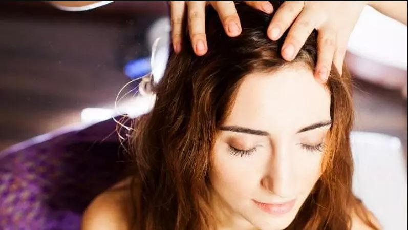 Hair Care Oil: बालों की सही देखभाल के लिए नियमित रूप से लगाएं ये तेल, मजबूत होंगे बाल