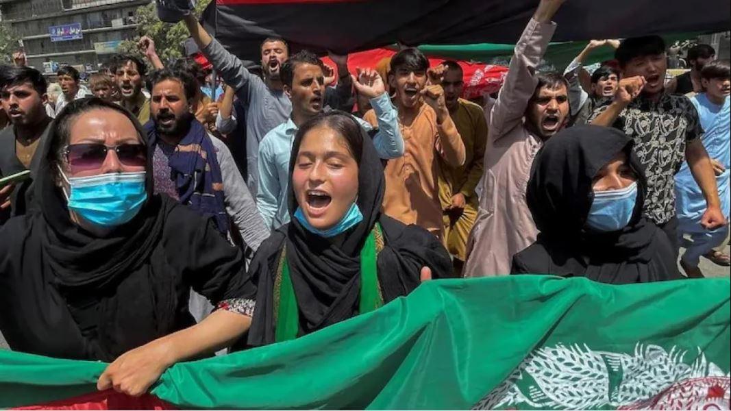 तालिबान के खिलाफ अफगान महिलाओं ने खोला मोर्चा, इस मांग को लेकर किया प्रदर्शन