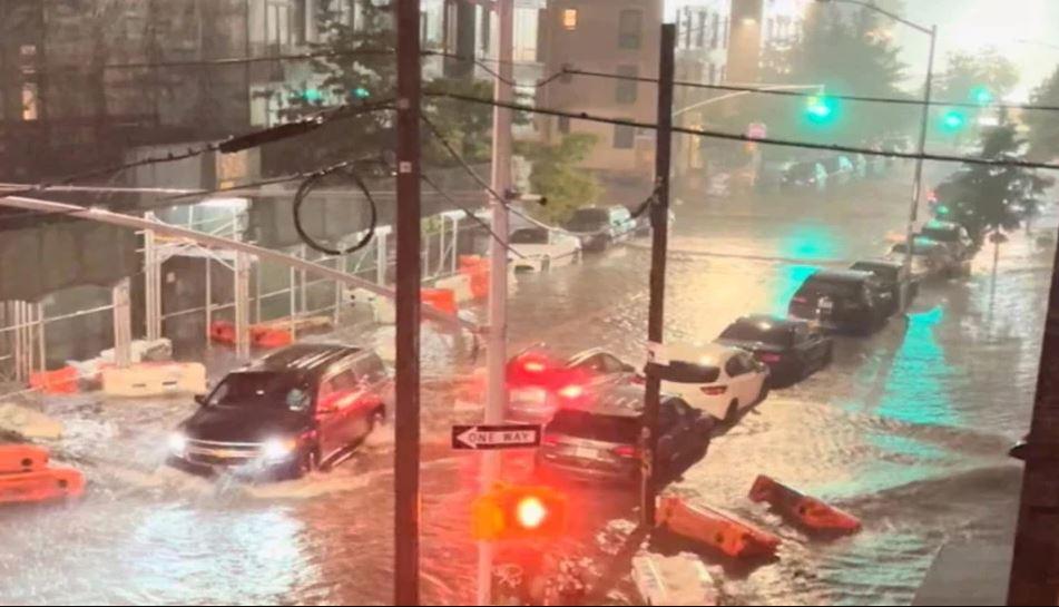 तूफान 'ईडा' के सामने बेबस हुआ अमेरिका, डूबीं मेट्रो लाइनें, सड़कों पर तैर रहीं कारें; 41 लोगों की मौत