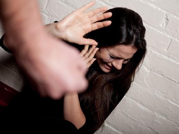 सिर्फ मारपीट ही नहीं, बल्कि ये अत्याचार भी हैं घरेलू हिंसा के संकेत, हो सकती है जेल